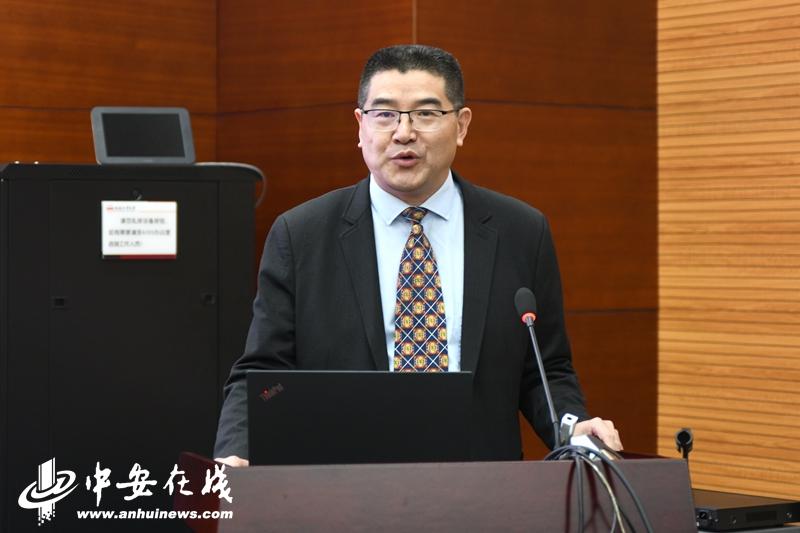 合肥工业大学外国语学院院长张四红主持本次论坛。.JPG