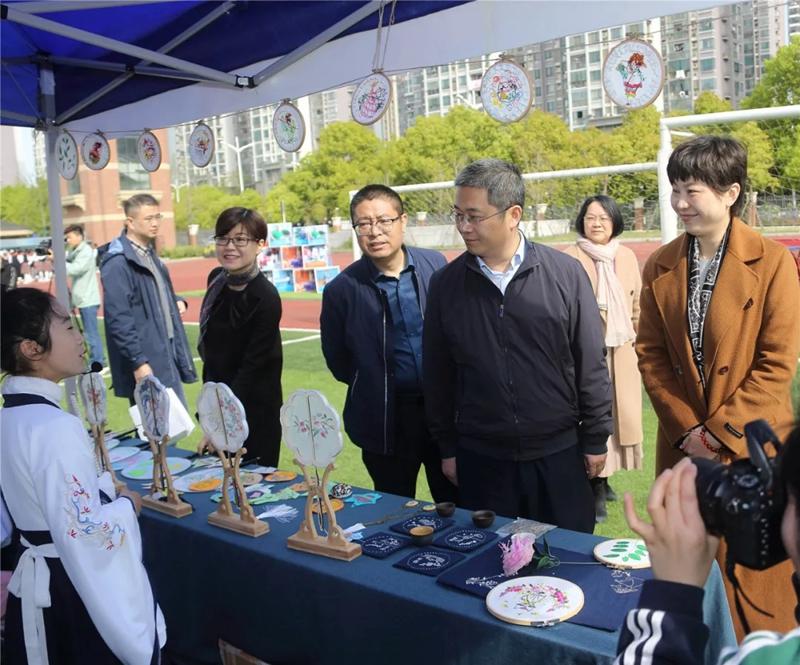 与会嘉宾参观了该校课程共建成果展.webp.jpg