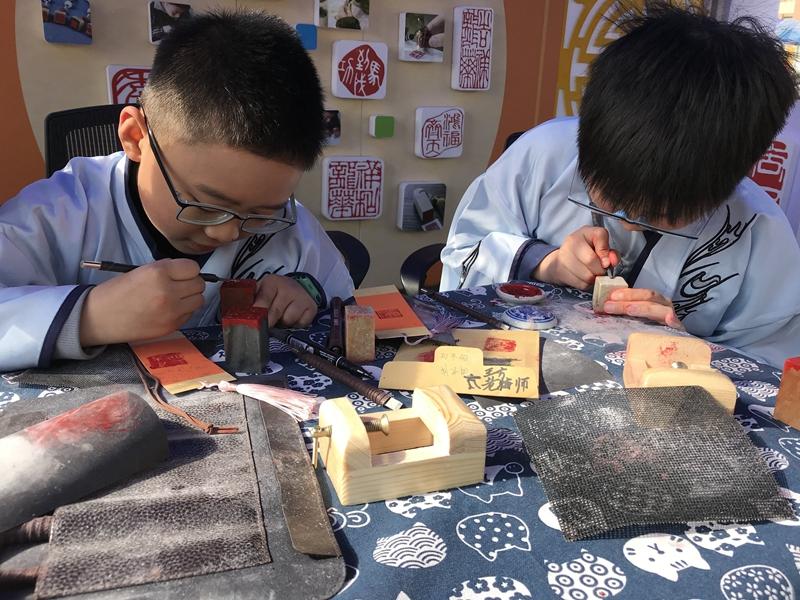 """""""一方石印""""篆刻社团是由该校《篆刻艺术》课程超市发展起来的。.jpg"""