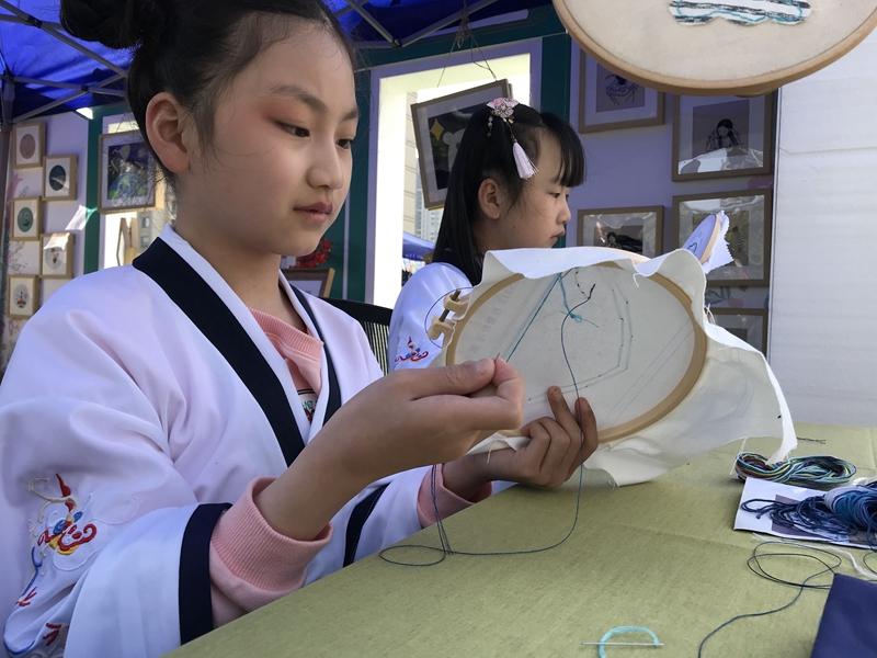 创意传统刺绣社团展示绣技。.jpg