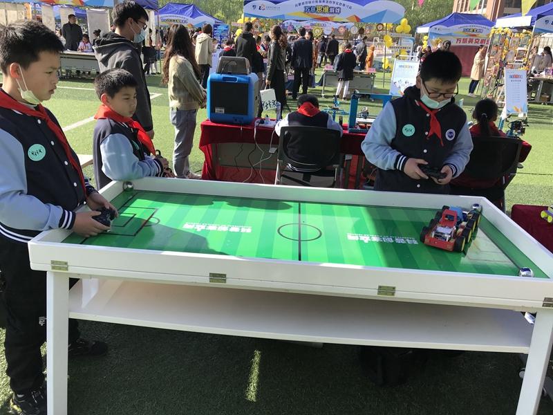 """四年级学生在进行""""足球竞赛机器人""""展示。.jpg"""